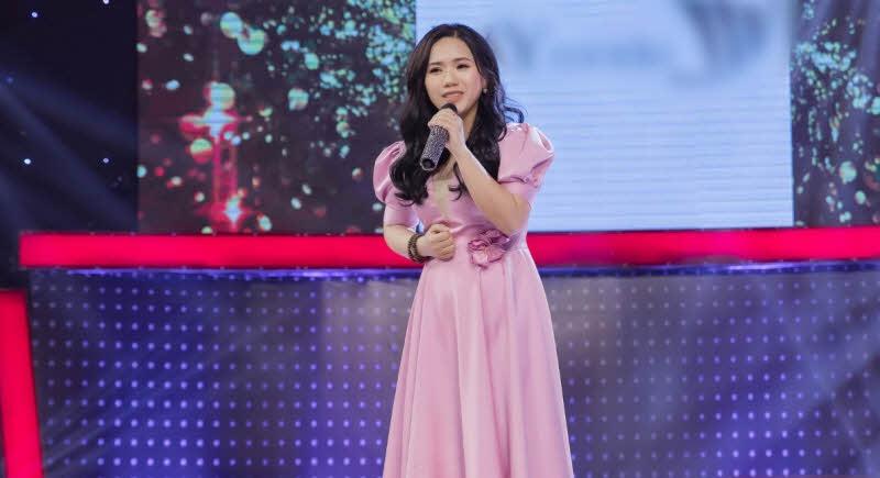 ta ca si thuy chi dang bieu dien tren san khau - Tả ca sĩ Thùy Chi đang biểu diễn trên sân khấu