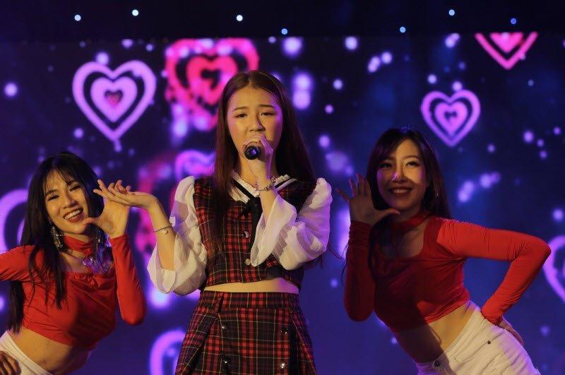 ca si bieu dien tren san khau amee - Tả một ca sĩ đang biểu diễn lớp 5 hay nhất - 3 bài văn miêu tả ca sĩ Mỹ Tâm, Amme, Jungkook BTS ngắn gọn