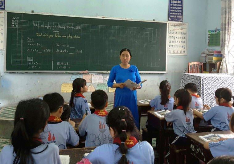 giao vien giang bai - Tả cô giáo đang giảng bài lớp 5 hay nhất ngắn gọn - Miêu tả cô giáo