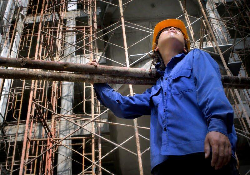 ta mot nguoi dang lam viec cong nhan 1 - Tả một người lao động đang làm việc - 3 bài văn miêu tả bác nông dân, anh công nhân, chú cảnh sát ngắn gọn hay nhất